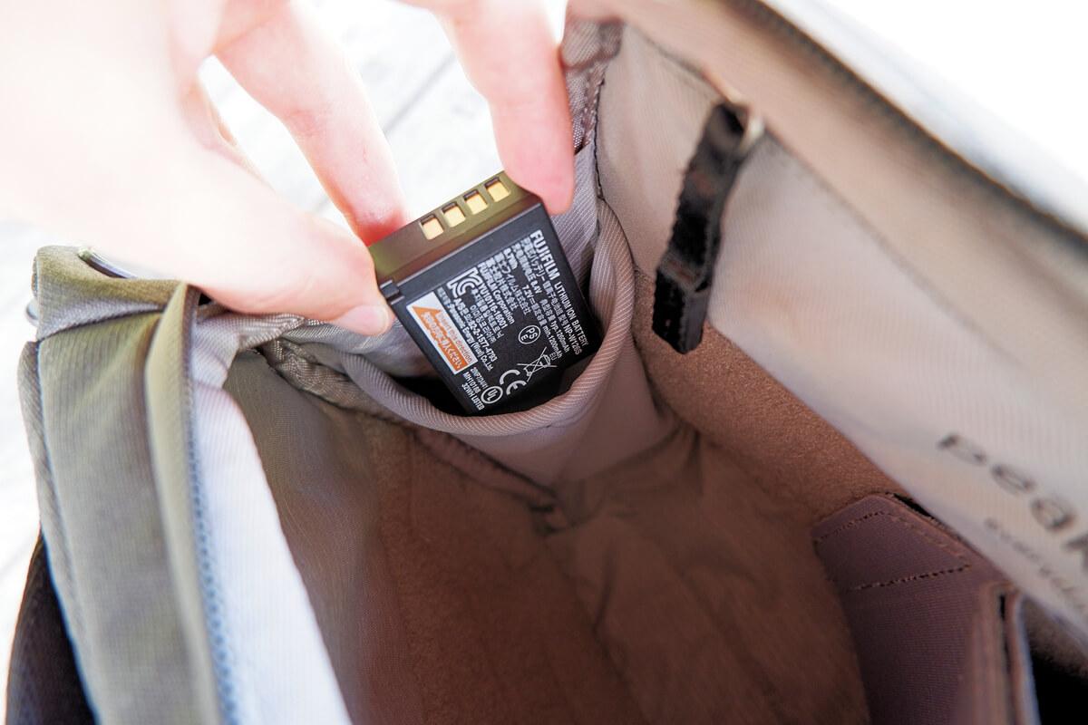 ピークデザイン エブリデイ スリング 3L サイドポケットに予備バッテリーを入れる
