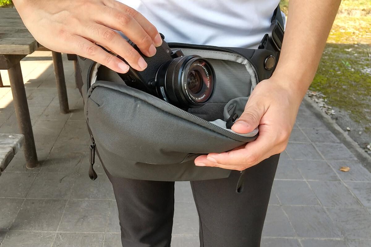 ピークデザイン エブリデイ スリング 3Lからミラーレスカメラを取り出す