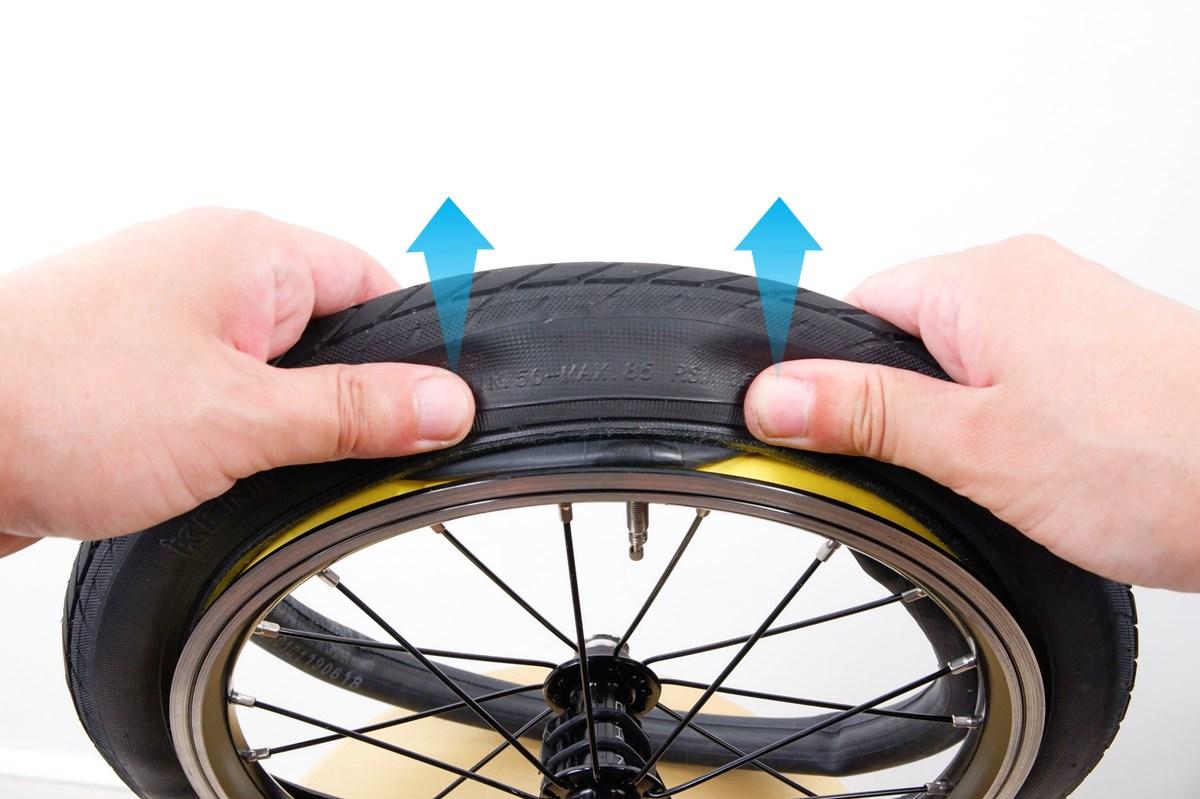 タイヤのビードを押してチューブを入れる