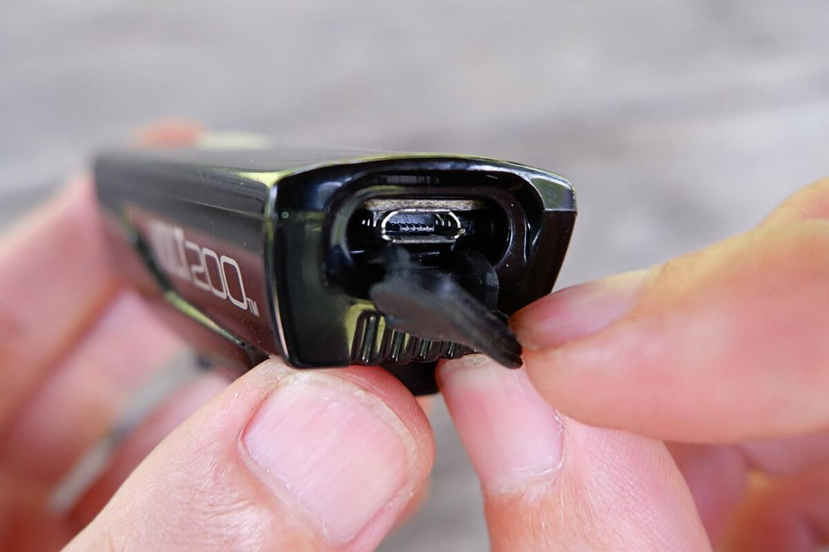 キャットアイ VOLT200のUSB充電端子