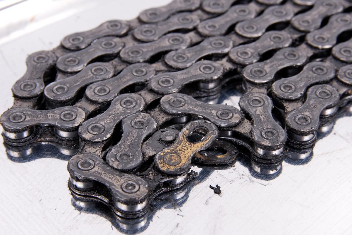 真っ黒に汚れた自転車チェーン