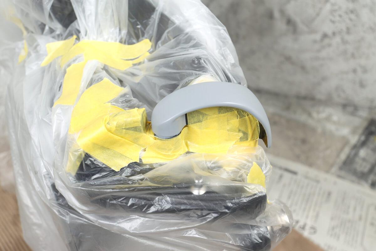 自転車フレームをマスカーで養生する