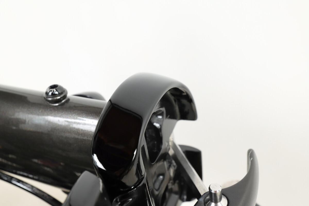塗装した自転車フレームをコンパウンドで磨く