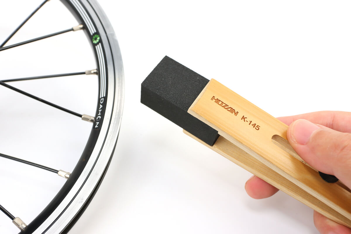 ホーザンのラバー砥石で自転車のリムを綺麗にする