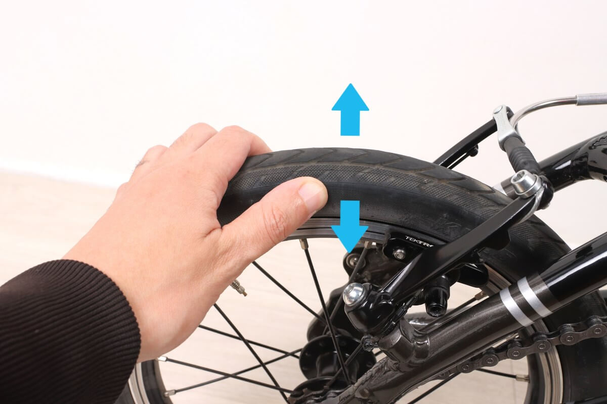自転車ホイールを左右に動かして緩みをチェック