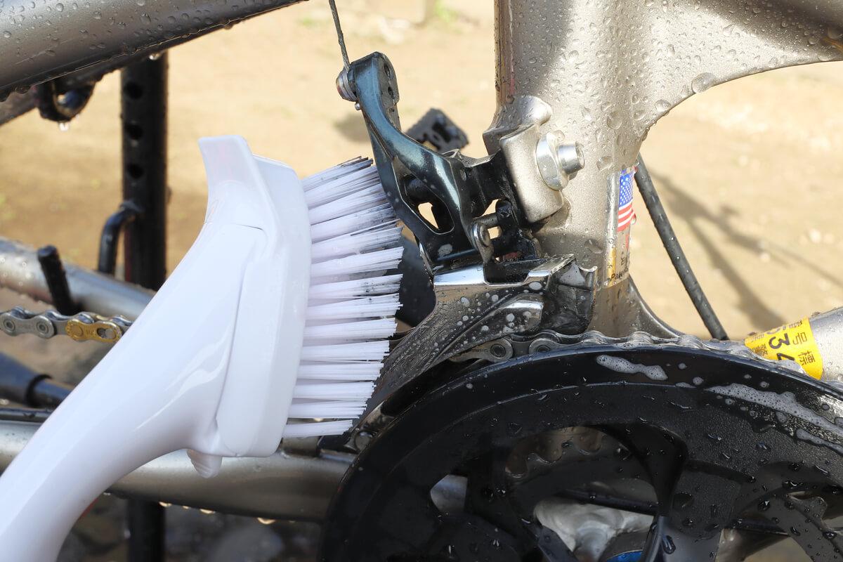 フロントディレイラーをブラシで洗う