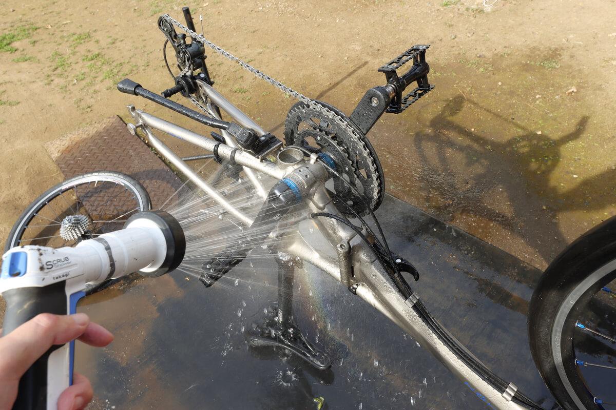 自転車を倒立させたまま水洗い