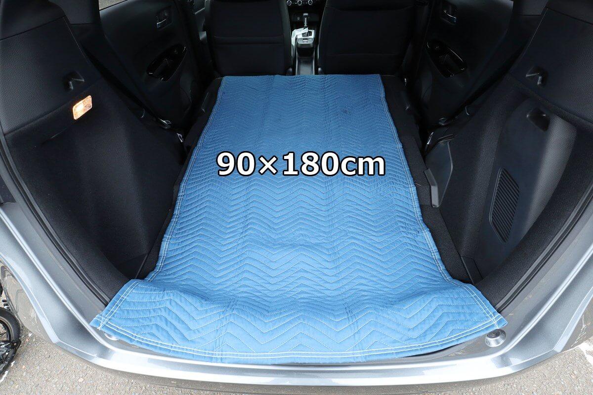 養生クッションマット 90×180cmを自動車の中に敷く