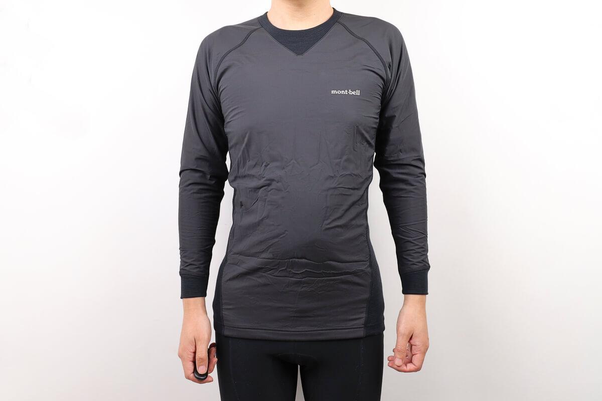 モンベル ウインドテクトサイクルアンダーシャツを着た男性