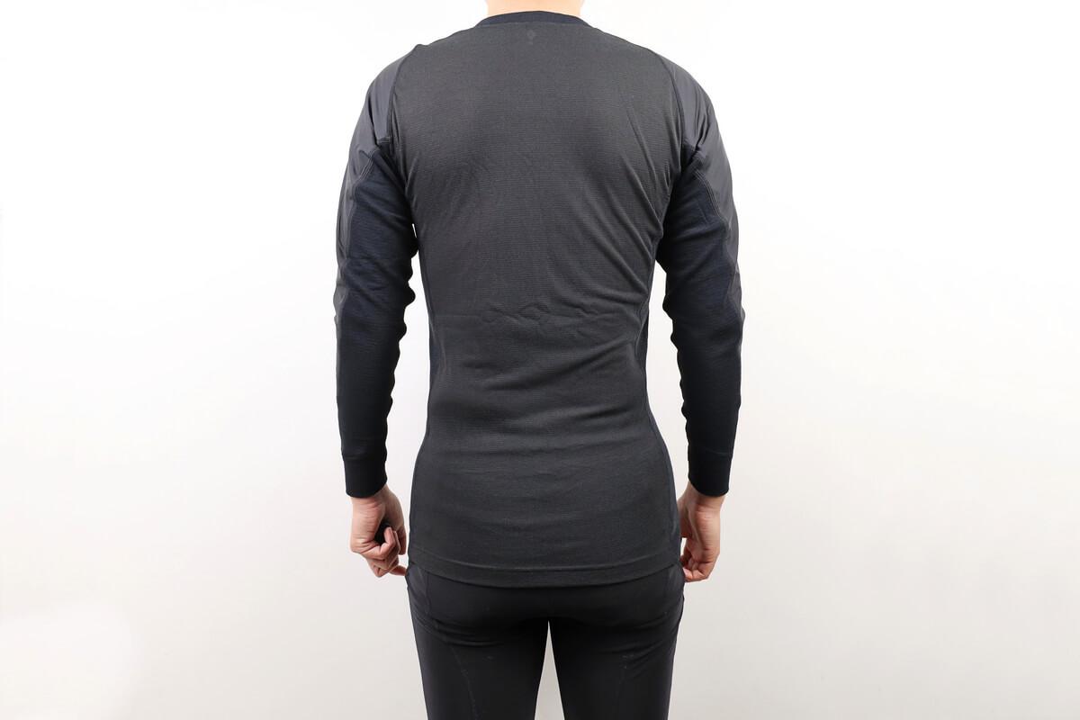モンベル ウインドテクトサイクルアンダーシャツを着た男性の後ろ姿