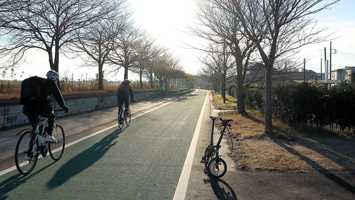 旧筑波鉄道コースを走るロードバイク