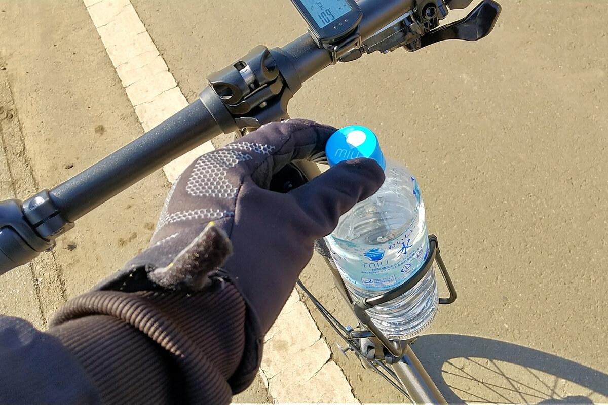 ボトルケージをハンドルポストに取り付ける