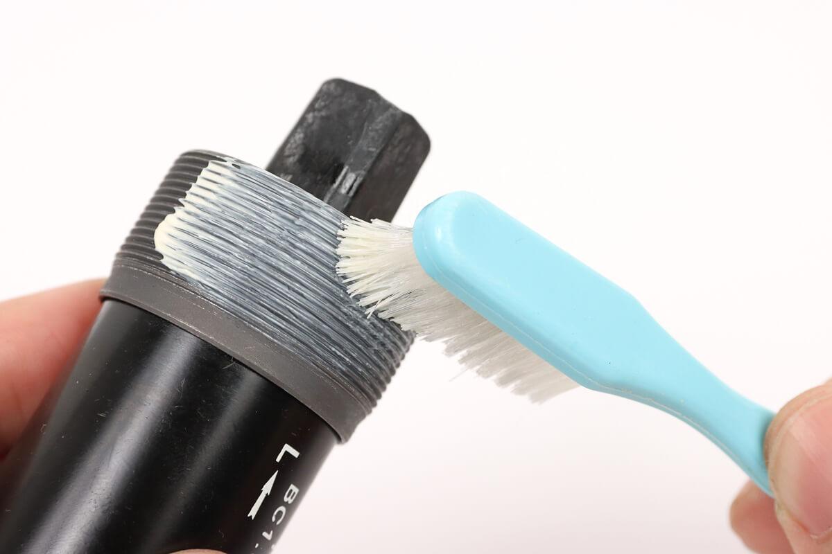 ボトムブラケットのネジ山に歯ブラシでグリスを塗る
