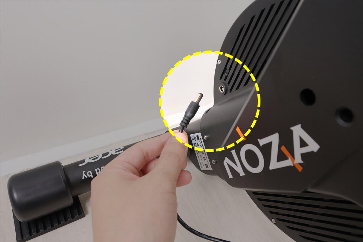 NOZA SにACアダプターを挿す