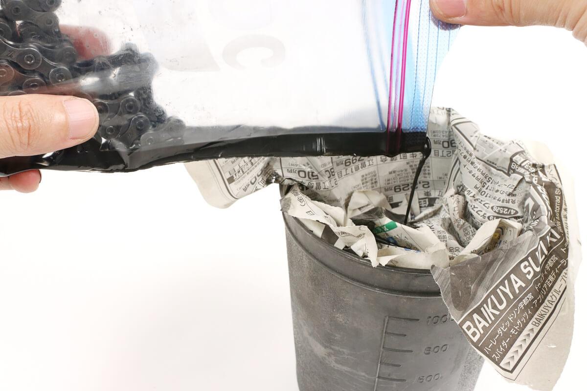 グゥーキンアルファの廃液を新聞紙に染み込ませる