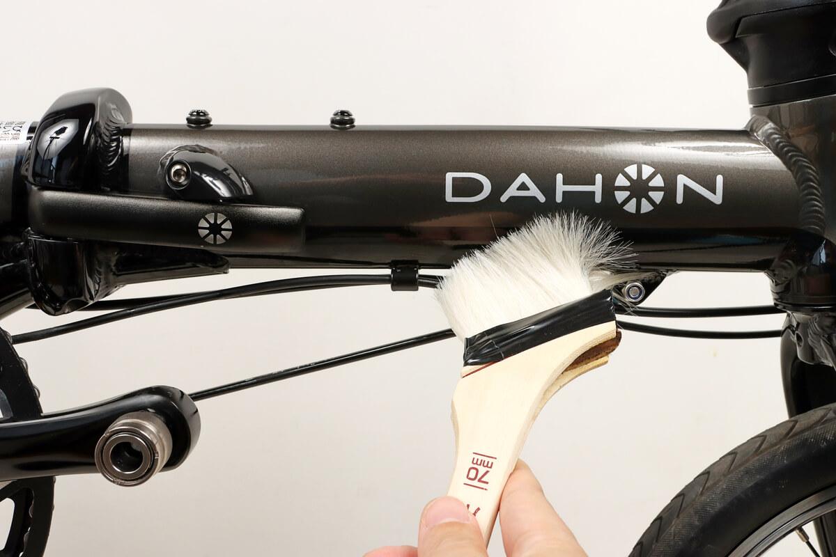 刷毛を使って自転車フレームの土やホコリを払い落とす