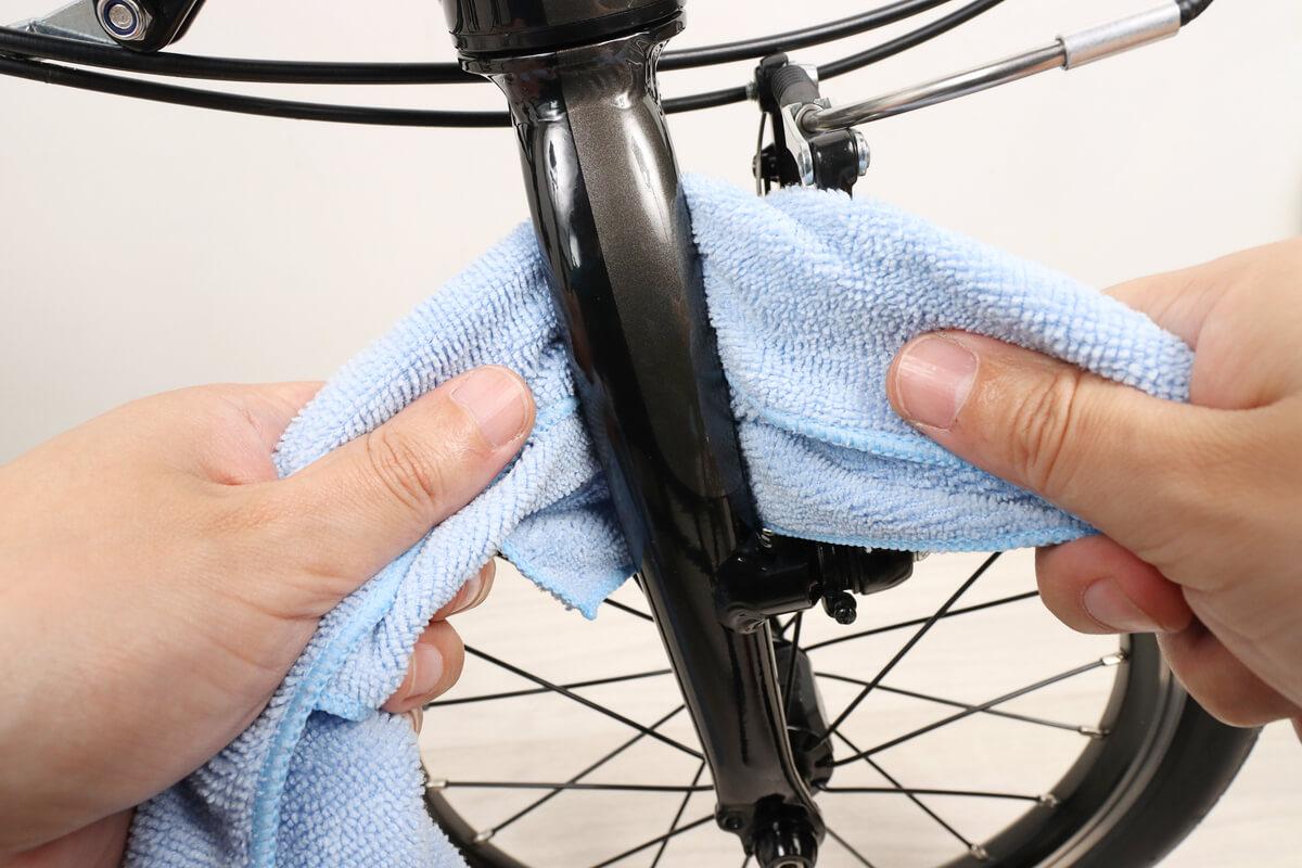 自転車フォークの裏側を布で拭く