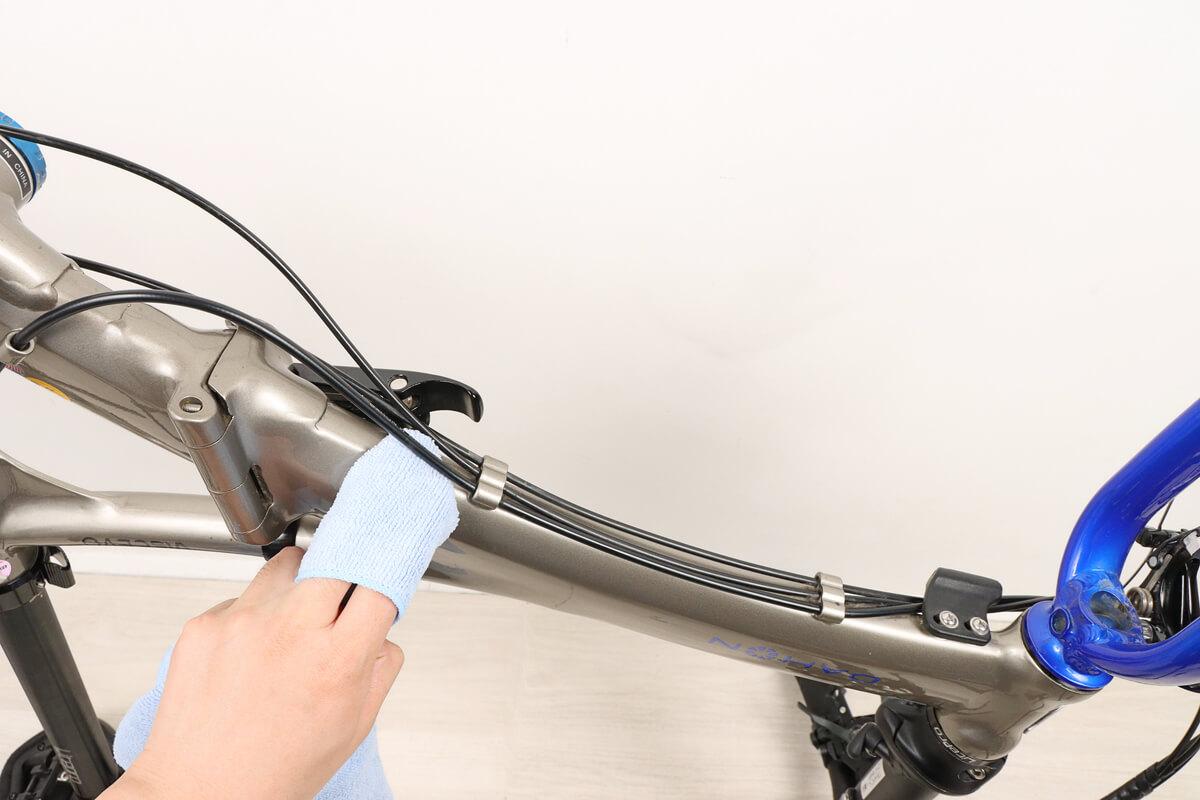 自転車フレームの裏側にバリアスコートを塗る