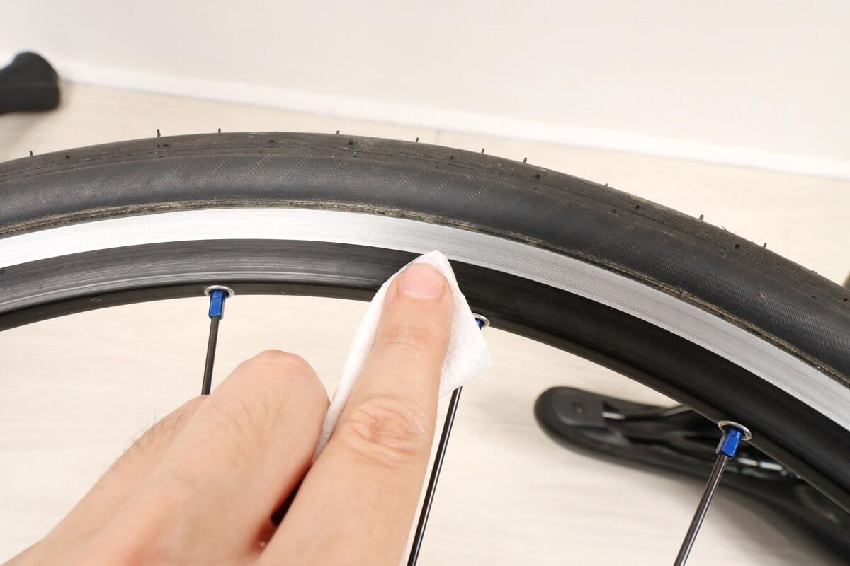 自転車ホイールのリムにバリアスコートを塗る