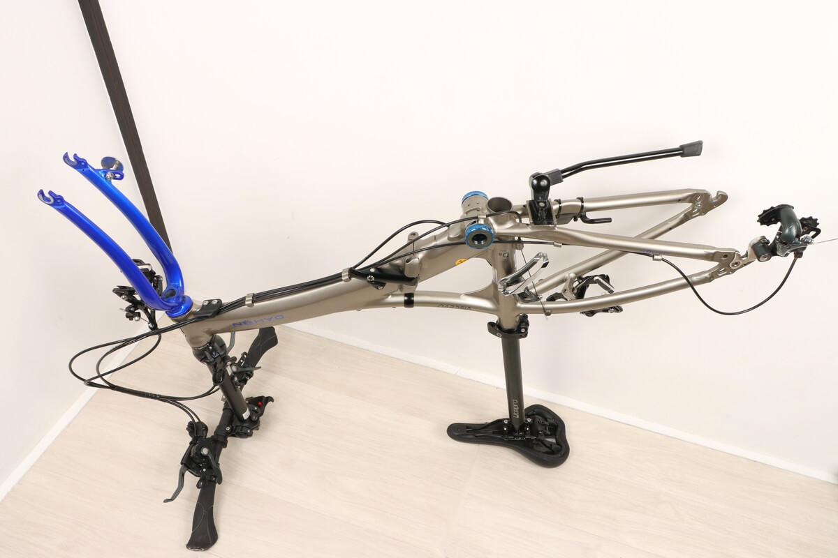 自転車の前輪と後輪を外して逆さまに立てる