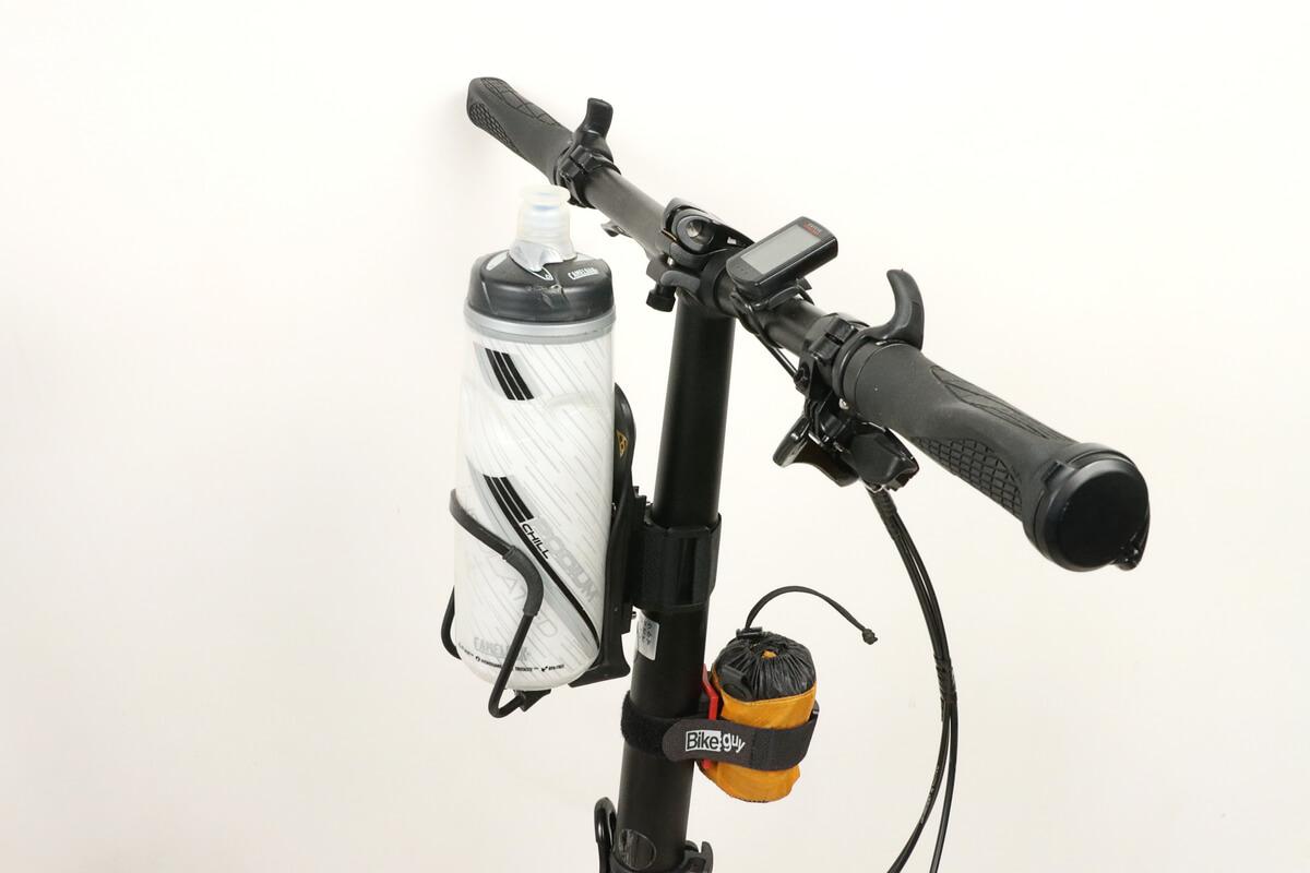 ハンドルポストにドリンクボトルや携帯リュックを固定
