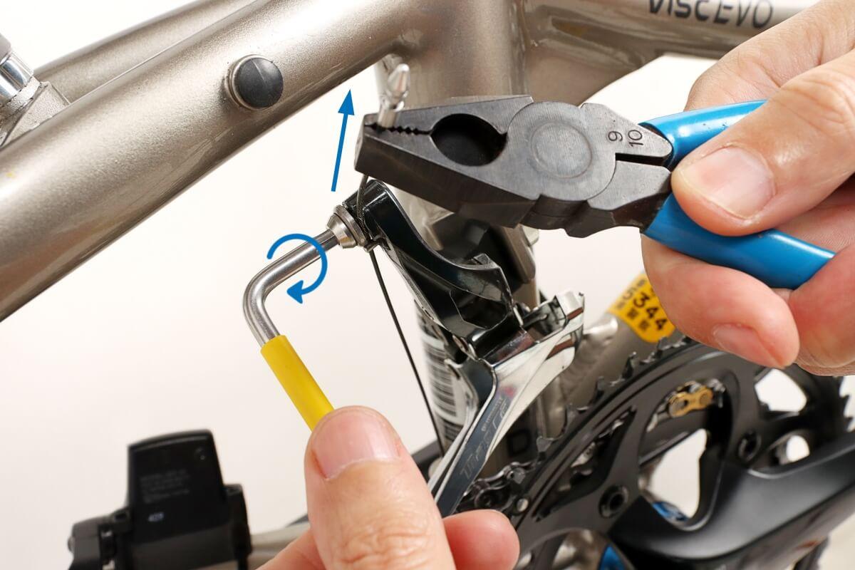 フロントディレイラーのワイヤーをプライヤーで挟んで固定する