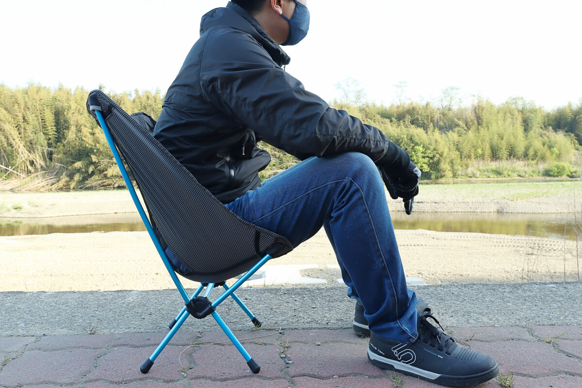 ヘリノックス チェアゼロに座っている男性
