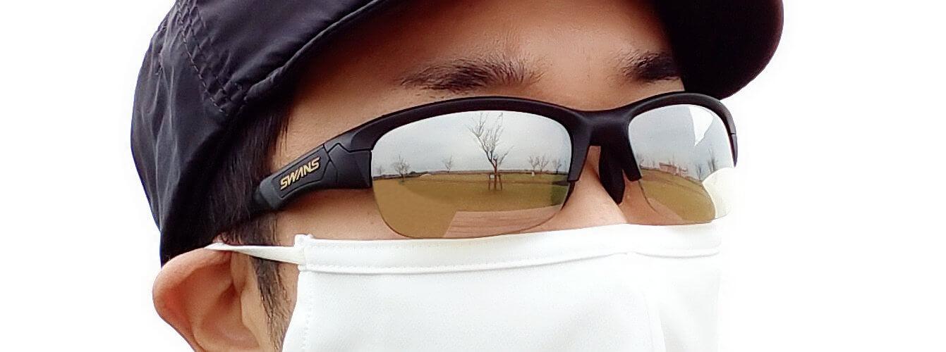 シルバーミラーのサングラスを掛けた男性