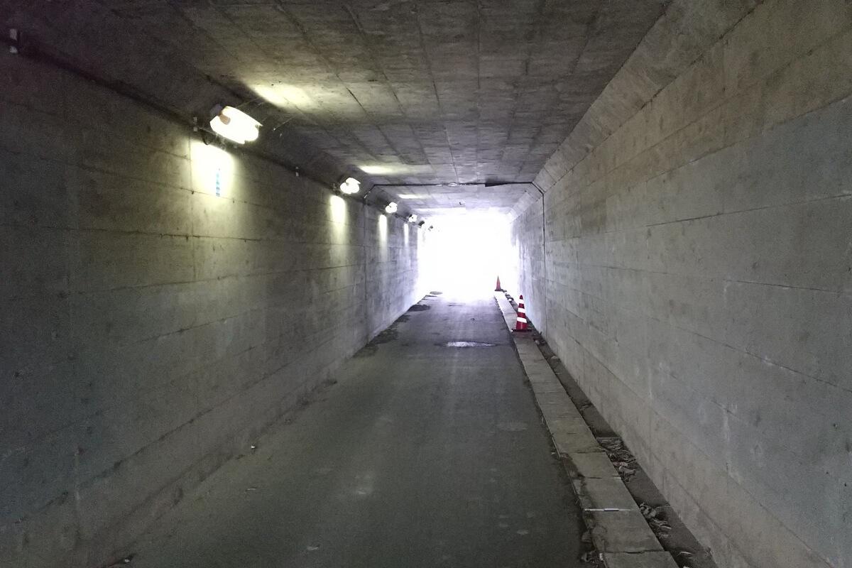 サングラスを掛けてトンネルを通過する