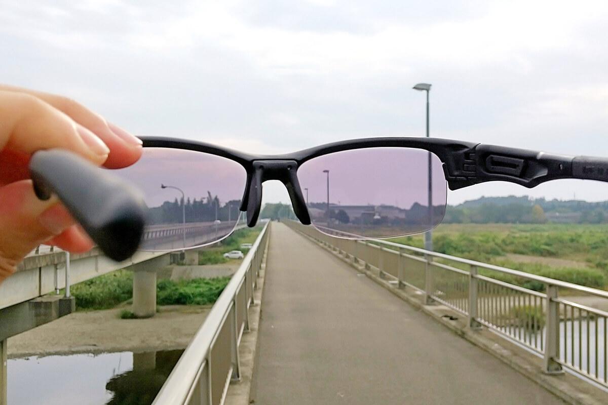 調光レンズのサングラスをかざす