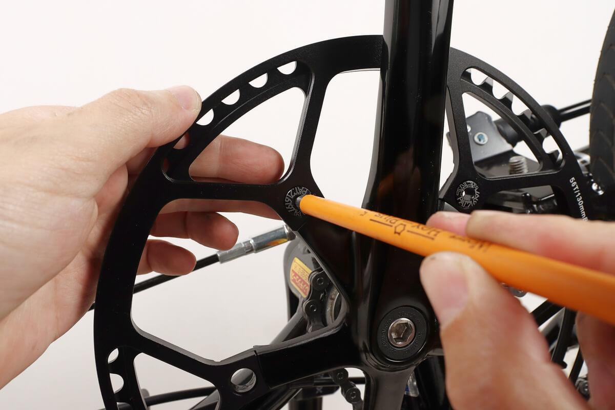 六角レンチの柄を使ってチェーンリングボルトを軽く締める