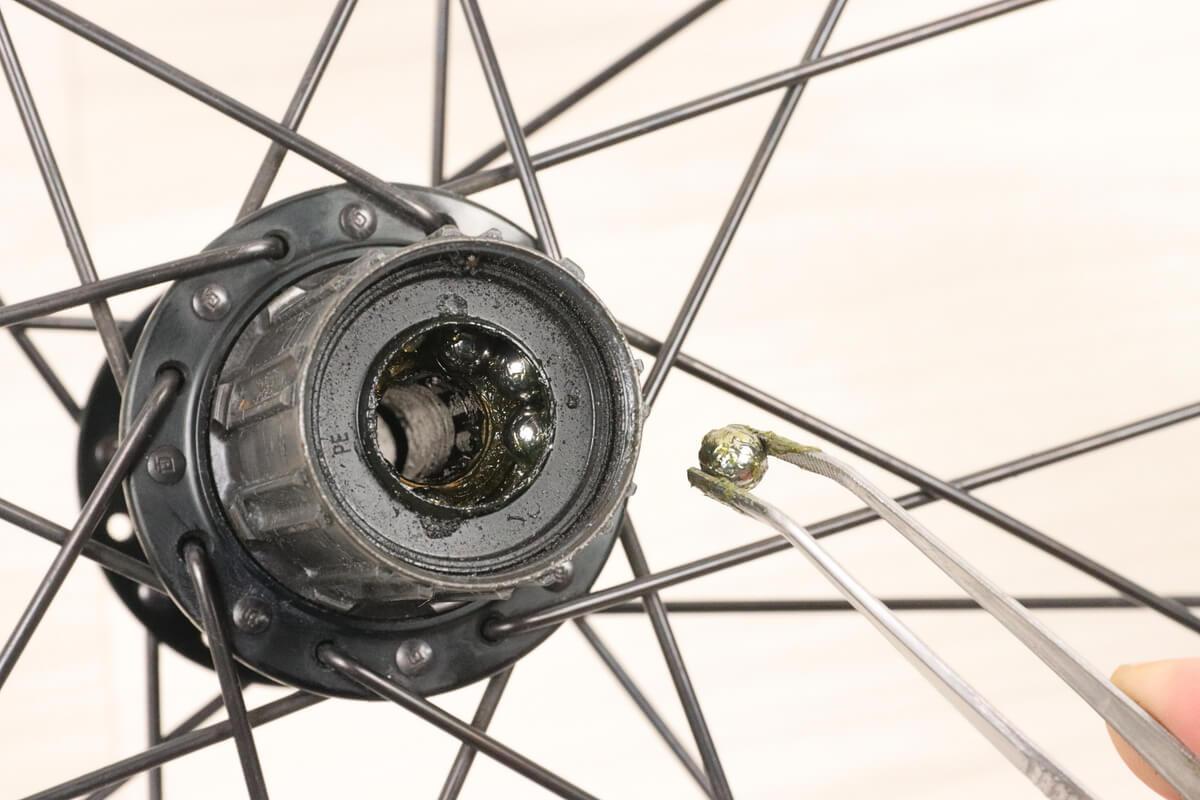 シマノ105ハブのフリーボディ側の鋼球を先曲がりピンセットで取り出す