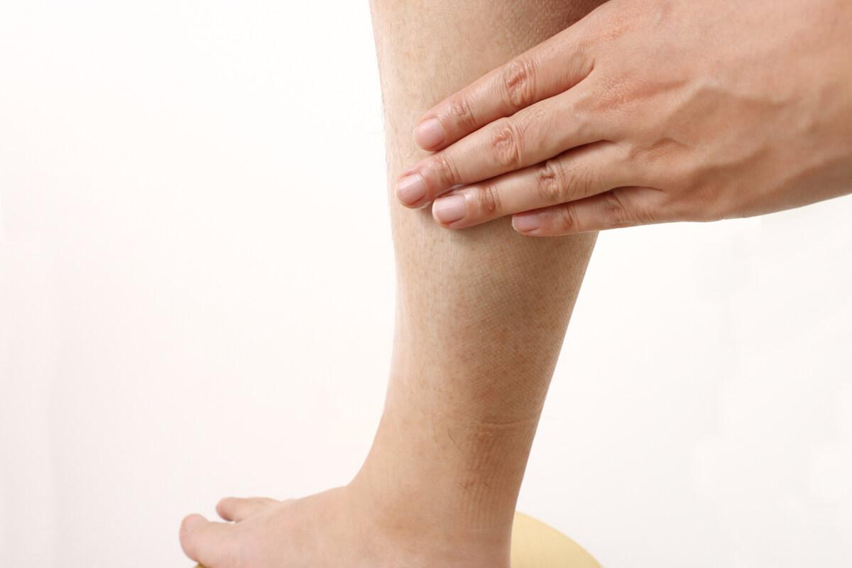 セタフィルの保湿クリームを足に塗る