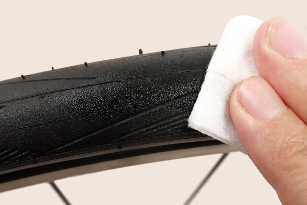 自転車タイヤの表面を水拭きする