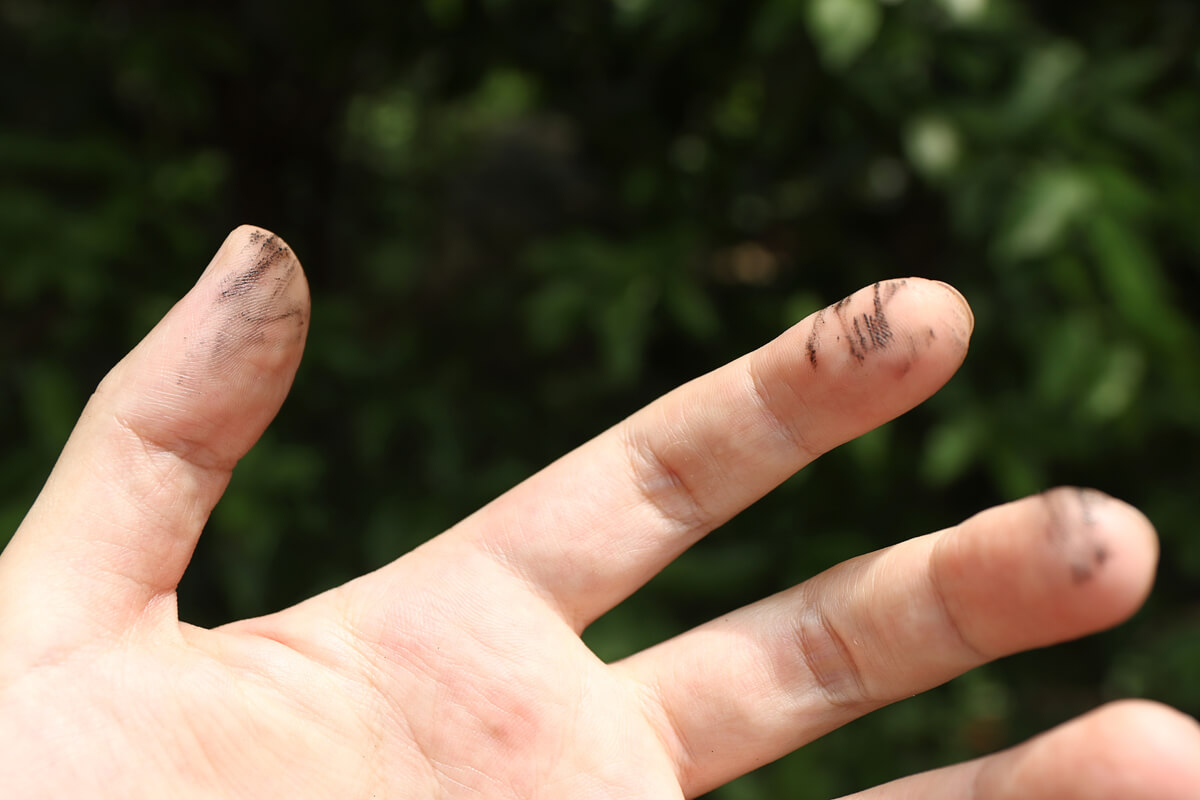 指先のオイル汚れ