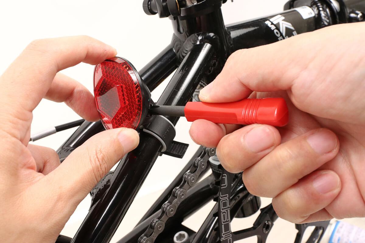 アネックスのドライバーセットで自転車の反射板を取り付ける