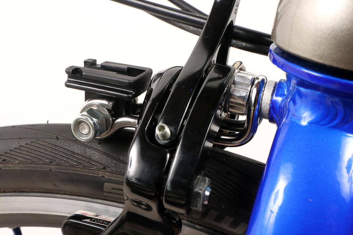 キャリパーブレーキとタイヤの間にキャットアイ CFB-100を通す