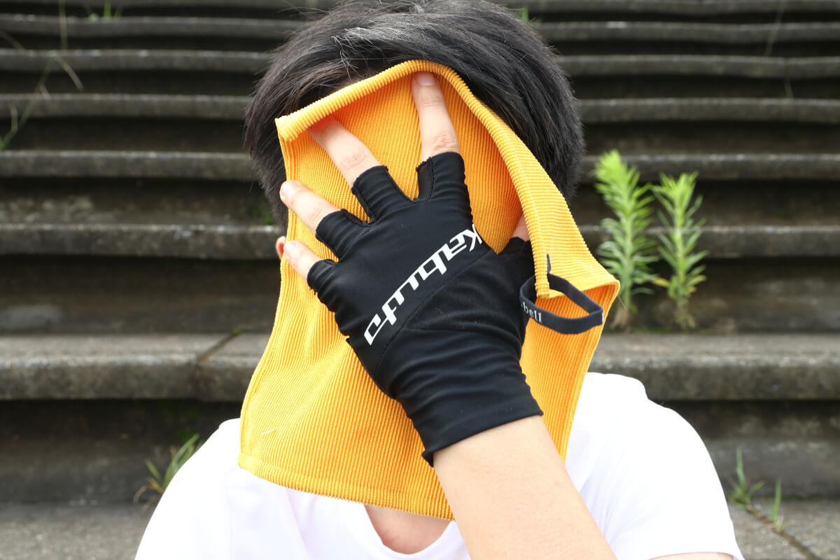 モンベル クイックドライハンドタオルで顔を覆う