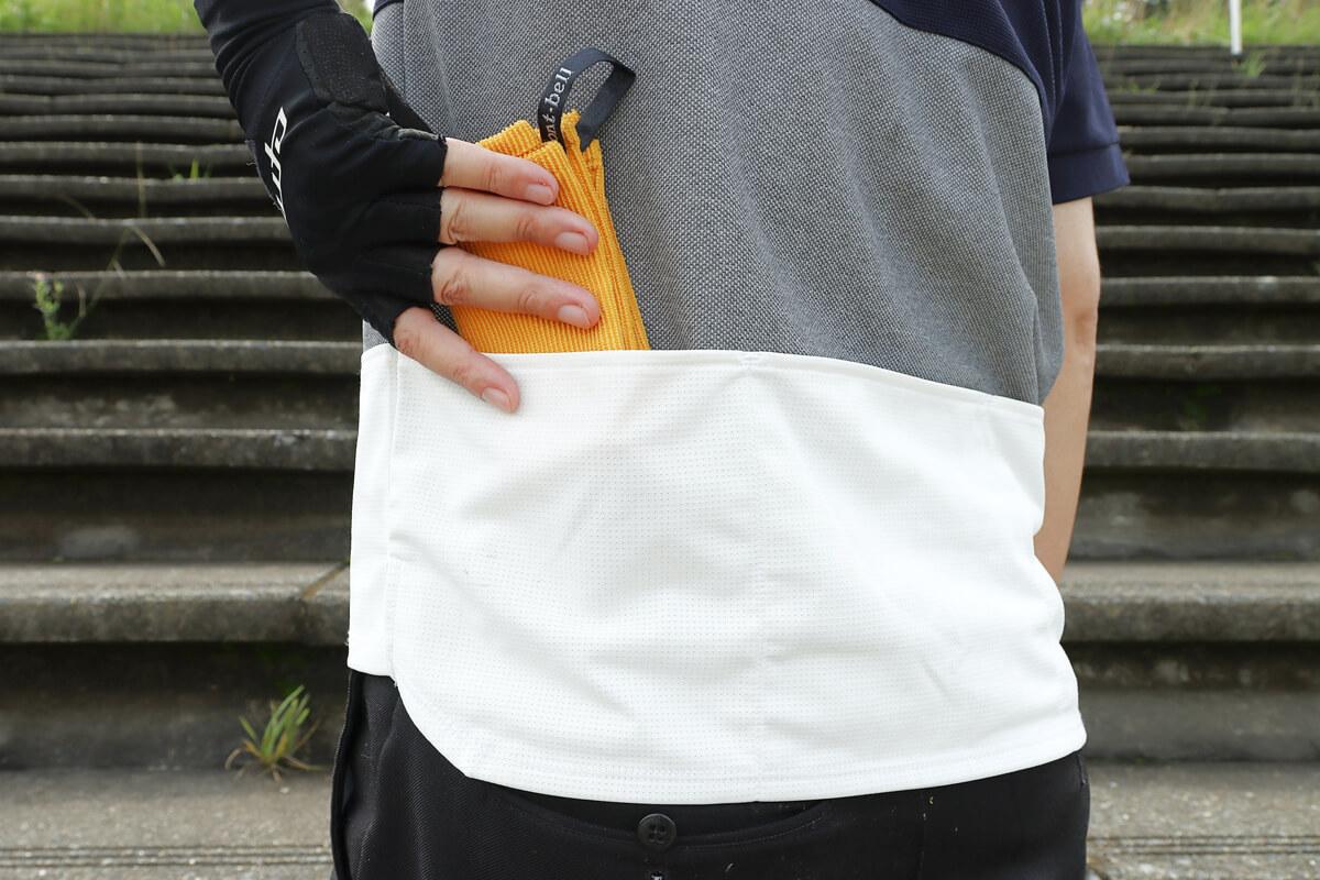 モンベル クイックドライハンドタオルをサイクルジャージのポケットに入れる