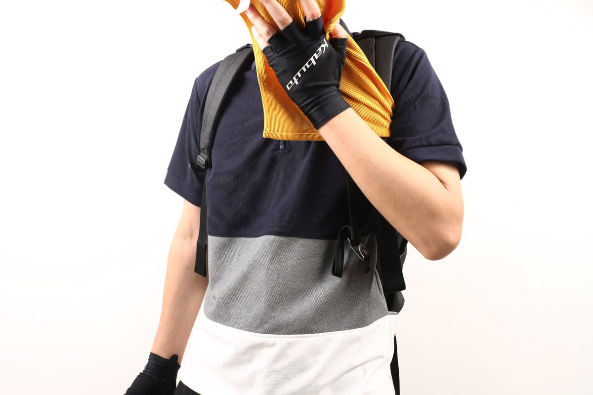 モンベル クイックドライハンドタオルで顔を拭う