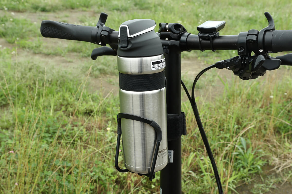 ハンドルポストに水筒を設置