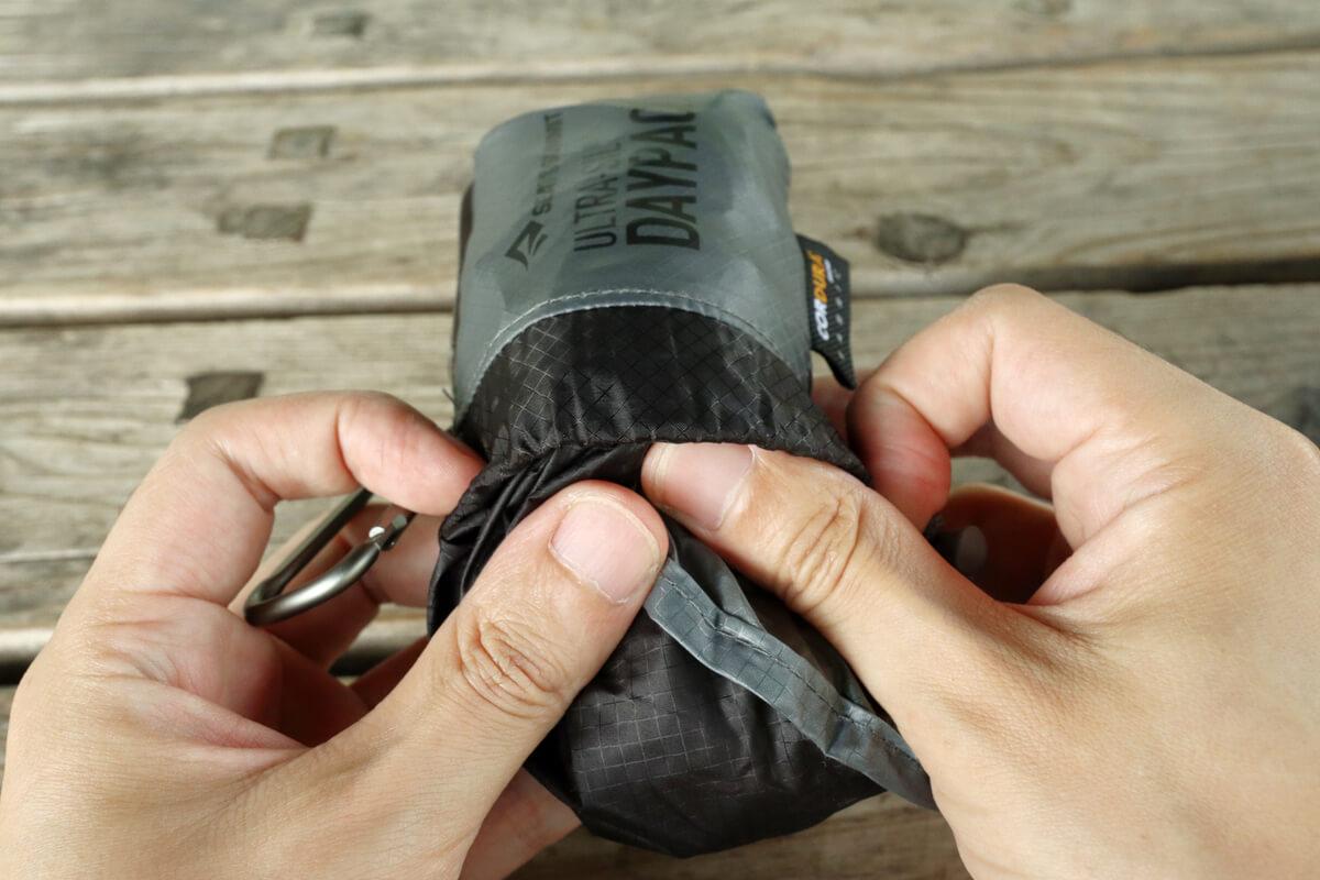 シートゥーサミット ウルトラシルデイパックを袋に詰める