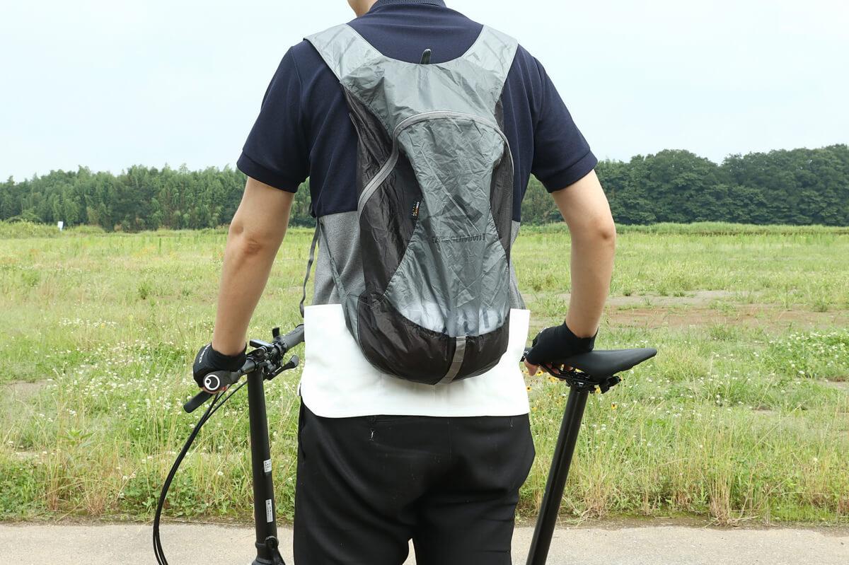 シートゥーサミット ウルトラシルデイパックを背負ってサイクリング