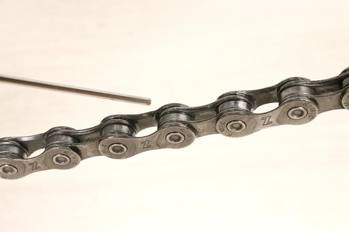 シュアラスター チェーンルブ セミドライを自転車チェーンに塗布
