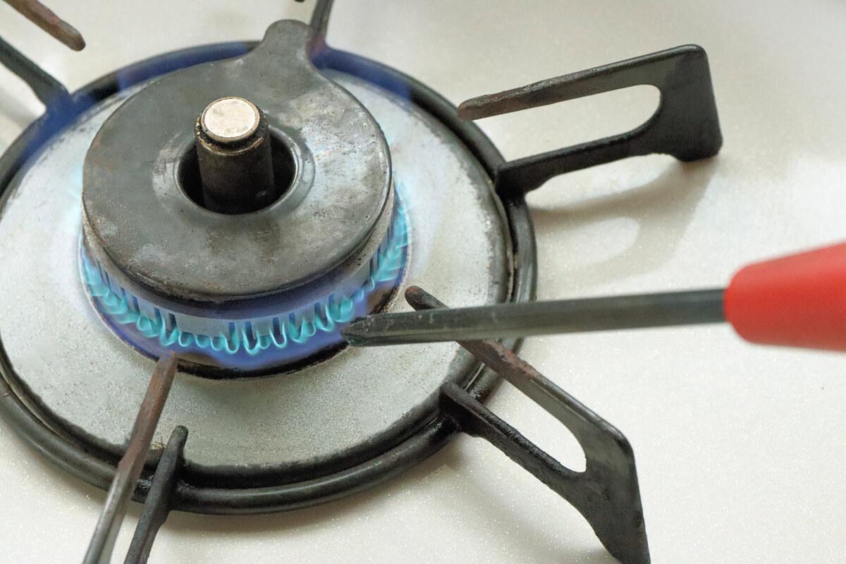 ガスコンロでプラスドライバーを加熱する