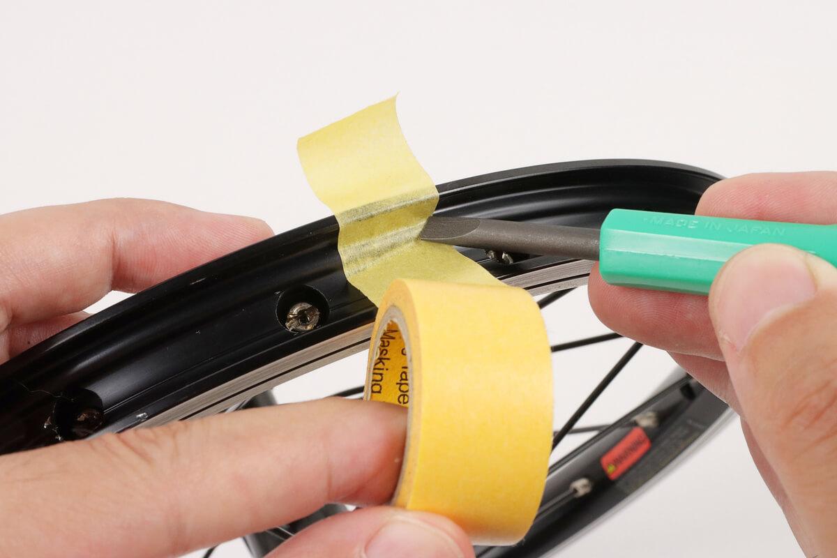 リムテープの内側にマスキングテープを貼る