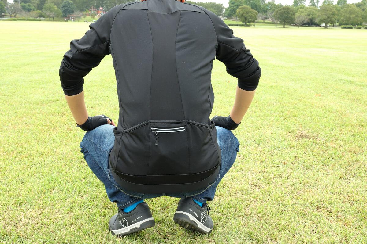 ワークマン MOVE ACTIVE CYCLE ウォームジャージを着てしゃがむ男性