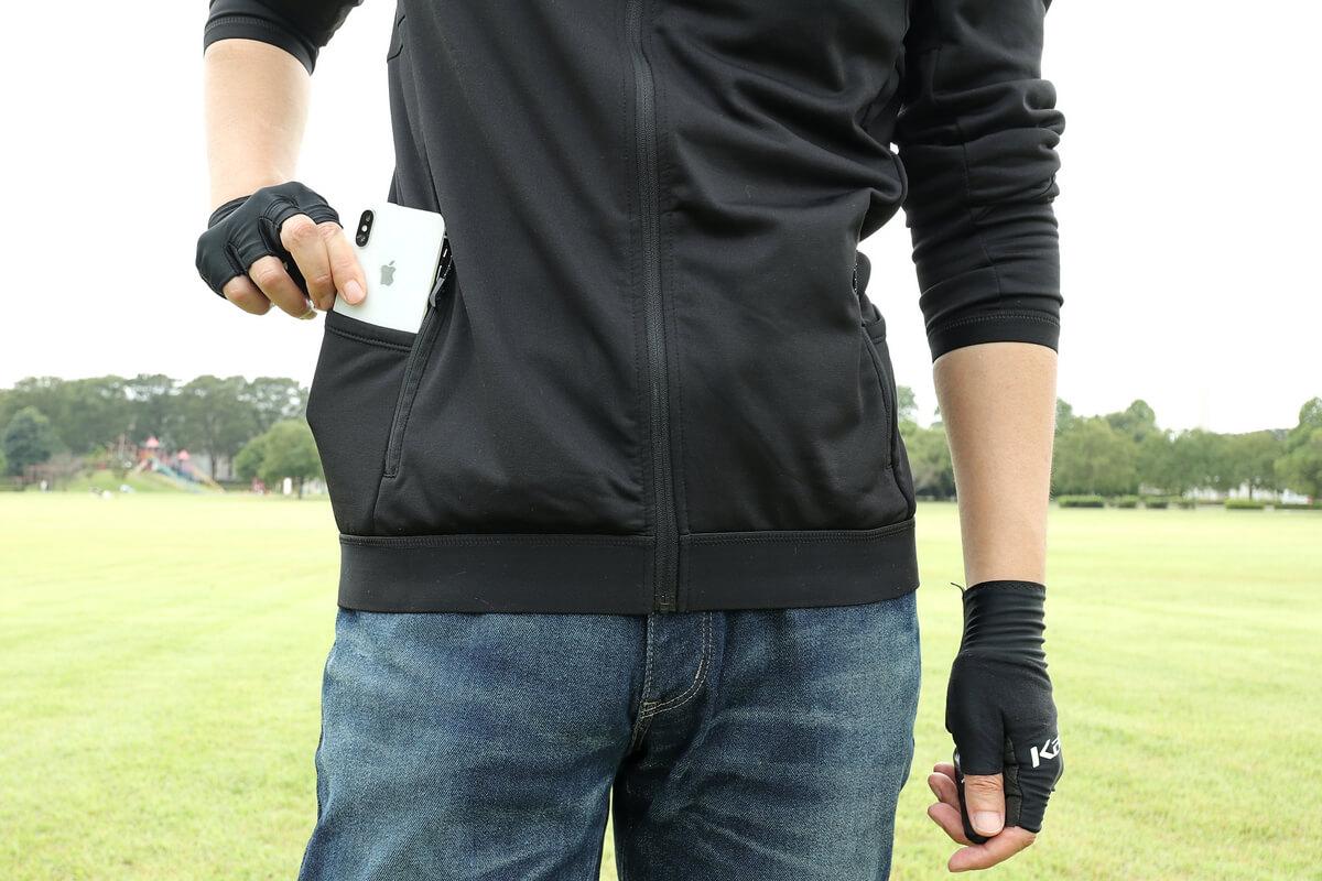 ワークマン MOVE ACTIVE CYCLE ウォームジャージのサイドポケットにスマホを入れる