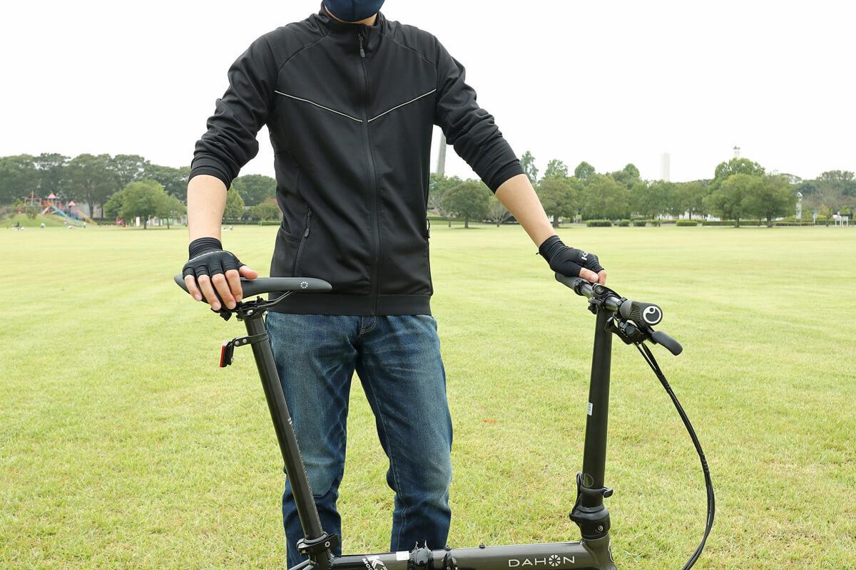 ワークマン MOVE ACTIVE CYCLE ウォームジャージを着て腕をまくる