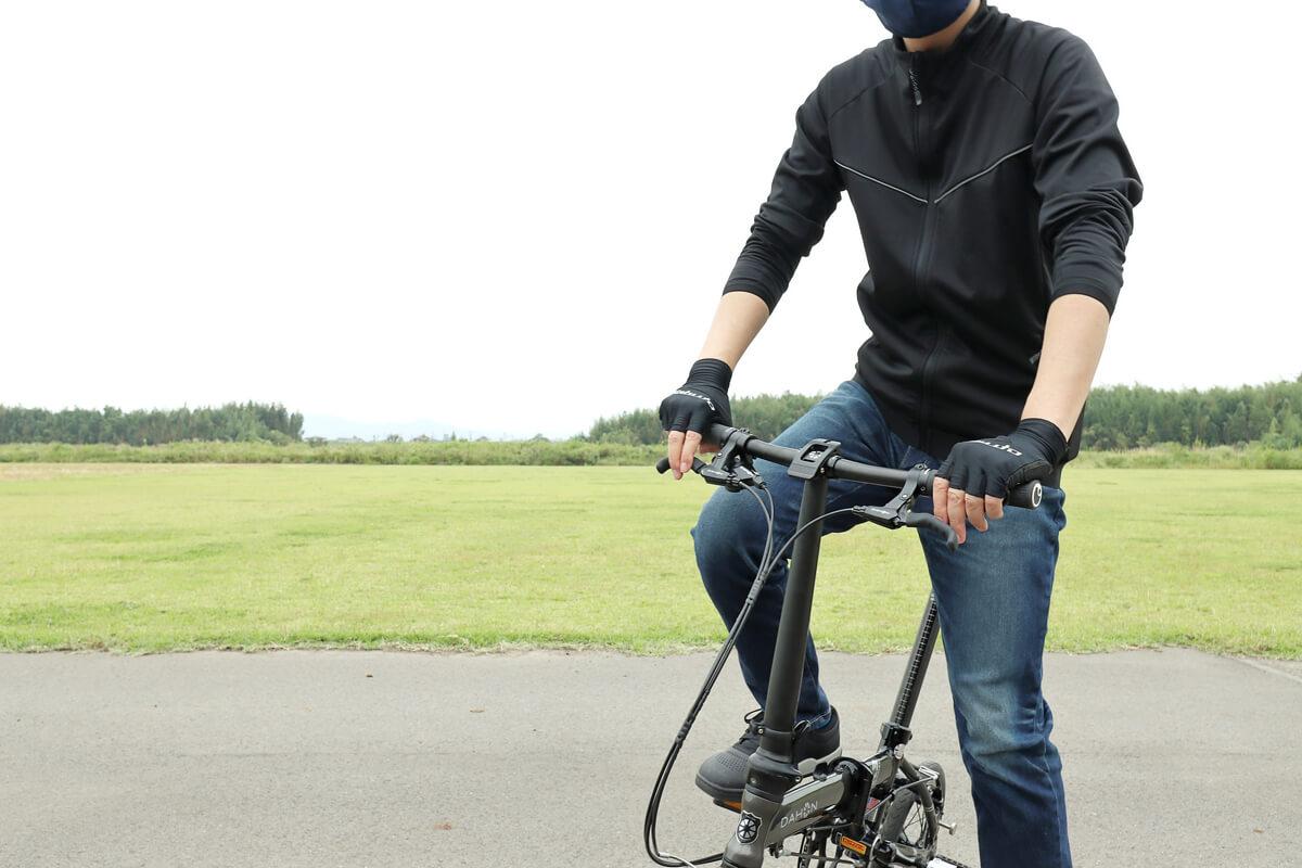 ワークマン MOVE ACTIVE CYCLE ウォームジャージを着て自転車を漕ぐ